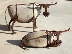 Ganado hecho de piedra de Río, picos y vias de ferrocarril, alambre de acero y tuercas. Artista  John V. Wilhelm.