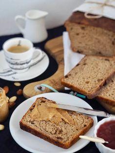 Sladký kváskový chlieb so škoricou a hrozienkami - Skvelá kombinácia chlebového cesta so sladkým nádychom škorice a hrozienok. Banana Bread, Desserts, Food, Basket, Tailgate Desserts, Deserts, Essen, Postres, Meals