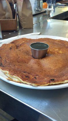 Panqueca gigante com meu de arvore, no café da manhã!!! O meu só não mais doce do que o sorriso e a presença do meu amor... 5 Points Market & Restaurant em Tucson, AZ