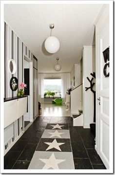 Un recibidor con Trones de Ikea en blanco y negro : x4duros.com