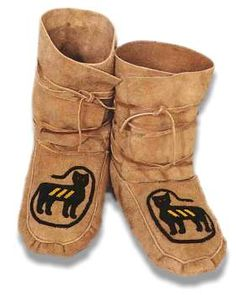 ojibwe moccasins  | moccasin 57 these moccasins were made for rich in chicago they are ... Native American Crafts, Native American Fashion, Native American Mythology, Native Wears, Boho Rock, Santa Boots, Moccasin Boots, Seed Bead Patterns, Western Chic