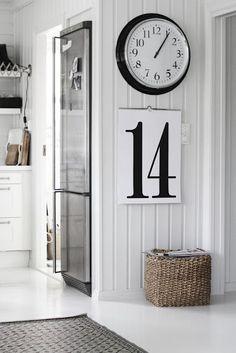 A dupla de relógio e calendário na parede é funcional.