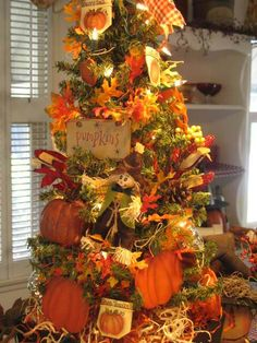 I already pinned a Halloween tree, but this is too cute not to pin! Besides, once Halloween is done you need a fall tree! Fall Christmas Tree, Thanksgiving Tree, Holiday Tree, Thanksgiving Decorations, Thanksgiving Celebration, Beautiful Christmas, Autumn Crafts, Diy Autumn, Harvest Decorations