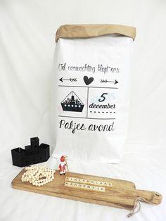 Hippe en multifunctionele papieren zak. Ideaal als decoratie of de sinterklaas cadeautjes. De papieren zak is gemakkelijk op te rollen waardoor de bruine binnekant zichtbaar wordt voor een leuk effect. De papieren zak XXL is 50 x 80 x 13 cm en gemaakt van 3 lagen dik kraft papier. Blijft daardoor ook zonder inhoud goed staan. Christmas Crafts, Christmas Decorations, Chalkboard Lettering, December Holidays, Silhouette Curio, Kraft Paper, Wraps, Party, Gifts