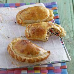 Empanadas mit Thon. Rezept mit uruguayanischer Wurzel: pikante Empanadas, Teigtaschen, gefüllt mit Thon, Peperoncino, Zwiebel, Spinat, Käse, z. B. Manchego und Crème fraîche.