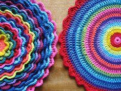 almofada colorida de crochê