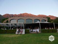 Gelegen op een heuvel met uitzicht over de vallei heb je vanaf het grote terras van restaurant Roca van wijnhuis Dieu Donne een waanzinnig uitzicht op de zonsondergang. Als die onder is schuif je aan tafel voor goed eten en niet te vergeten… een goed glas rode wijn.