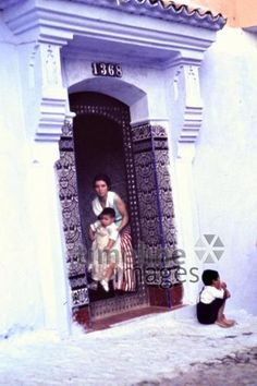 Familie in Chauen, 1962 Czychowski/Timeline Images #1960 #60er #60s #Marokko #Morocco #Family #Eingang #Haus #Hauseingang #Muster