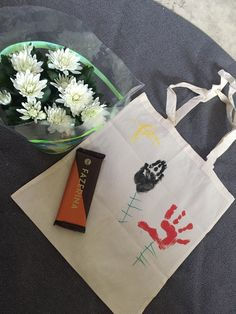 Kiitos lahja hoitajat lastentarhanopettaja päiväkoti kangaskassi kädenjälki kukka 5v kesä kevät  Thank you gift kindergarten teacher bag hand print flower spring summer diy 2018