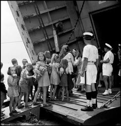 Τά παιδιά θύματα του κάθε πολέμου…(D.Seymour's Children of War-greece 1948) – Lefteria-Για μήνες,από την άνοιξη του 1948 στο φθινόπωρο,διέσχισε πέντε ευρωπαϊκές χώρες; Αυστρία,Ιταλία,Ουγγαρία και Πολωνία και βρέθηκε στην κατασπαραγμένη από τον εμφύλιο Ελλάδα,και σε 257 ρολά φιλμ με την Rollei του και Leica,κατέγραψε εικόνες σπαρακτικές,συγκλονιστικές και απόλυτες.