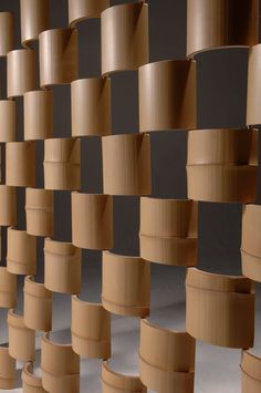 The Bamboo – パーティション: 有限会社スペースマジックモンが手掛けたリビングルームです。 Bamboo Art, Bamboo Crafts, Bamboo Fence, Cute Diy Room Decor, Creative Wall Decor, Bamboo House Design, Bamboo Building, Feature Wall Design, Bamboo Curtains