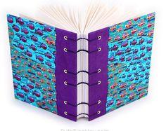 Si usted ha estado siguiendo en Instagram, me has visto crear este hermoso y único diario hecho a mano con papel japonés olas (www.instagram.com/ ruthbleakley). Cortar el patrón en la portada, selló en con un esmalte acrílico fino y había creado columna especial envolturas de modo que parece como si el diseño es lavado por el borde del libro.    El libro es un robusto 4.5 x 6 con cubiertas cartónLa denso que no deforme ni siquiera en los climas más húmedos. Contiene 160 páginas de magníf...
