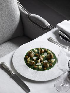 Named in homage to Napoleon's favourite emblem, the bee, the French gastronomic restaurant L'Abeille offers sophisticated cuisine created by renowned chef Philippe Labbé. Shangri-La Paris