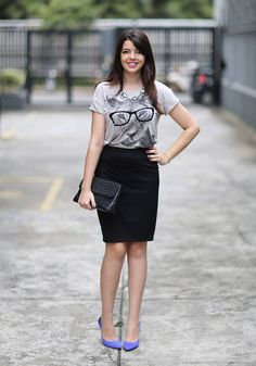 T-shirt + saia lápis + salto colorido