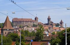 Die Nürnberger Altstadt mit der ehemaligen Reichsburg der römisch-deutschen Könige im Hintergrund. Aufnahme: Juli 2008.