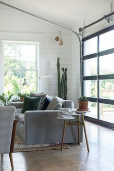 House Tour: An Eclectic Barn House in Louisiana | An open concept home in Louisiana brings farmhouse style with lots of shiplap and combines it with desert touch of cactus plants and neutral colors.