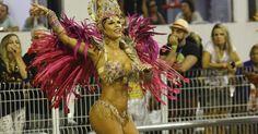 07.fev.2016 - Nuelle Alves canta animada o samba enredo da Unidos do Peruche, que homenageia os cem anos do samba