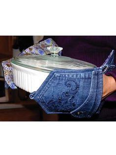 Ingenious pot holders from recycled jeans! These unique and truly inventive pot holder designs will make you the talk of the dinner party! Using the pockets from an old pair of jeans, you can fashion some fun pot holders for your next get-together. Jean Crafts, Denim Crafts, Potholder Patterns, Sewing Patterns, Fabric Crafts, Sewing Crafts, Denim Ideas, Recycled Denim, Mug Rugs