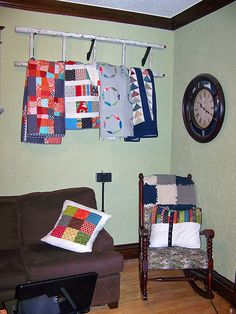 LOVE this idea of hanging quilts on a ladder! (for mom) Hanging Quilts, Quilted Wall Hangings, Quilt Hangers, Quilt Racks, Quilt Ladder, Blanket On Wall, Old Ladder, Quilt Display, Ceiling Storage