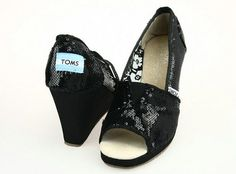 TOMS! Womans shoes! Size:7! TOMS! Womans shoes! In great condition! Size:7 TOMS Shoes