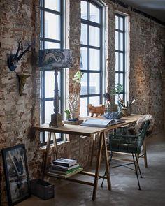 Houten tafel met schagen en barokke tafellamp - bekijk en koop de producten van dit beeld op shopinstijl.nl