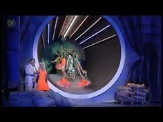 Rigoletto - Oper von Giuseppe Verdi  Rigoletto ist der zynische und verhasste Hofnarr seines Herrn des Herzogs von Mantua. Der ist bekannt dafür dass er jede Frau erobert und vor ihm verbirgt Rigoletto seine Tochter Gilda. Eines Tages entführen die Höflinge Gilda die sie für Rigolettos Geliebte halten und übergeben sie dem Herzog. Verzweifelt sucht Rigoletto nach seiner Tochter und fordert von den Höflingen ihre Herausgabe. Als sie aus dem Schlafzimmer des Herzogs kommt ist sie bereits…
