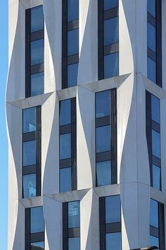 Campus North Residential Commons, University of Chicago Studio Gang Architects, 2016 on Inspirationde Office Building Architecture, University Architecture, Building Facade, Futuristic Architecture, Facade Architecture, Office Buildings, Chinese Architecture, Building Skin, Mix Use Building