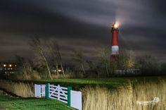 Der Pellwormer Leuchtturm schickt seine Signale in die nordfriesische Nacht hinein.