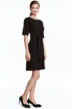 Dress with a tie: Short, straight dress in a crêpe weave with dropped shoulders, short sleeves and a tie at the front. Unlined.