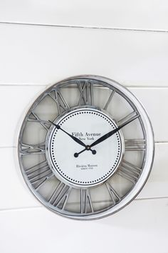 Fifth Avenue Clock Riviera Maison bij Jolijt Rustic Tabletop, Tabletop Clocks, Grey Dining Tables, Farmhouse Dining Room Table, French Country Dining Room, Foyer Decorating, Color Of Life, Aluminium, Home Accessories