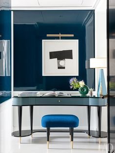 Одиночный номер. Туалетный столик, табуретка и лампа, все по дизайну Денио (абажур отAbat-jour Paris).