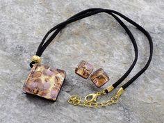 Parure in vetro di Murano con pendente a rombo ed orecchini.  Sfumature in tinta rame e murrine color vinaccia chiaro, con inserti in foglia d'oro. Laccio in cotone nero.  Ideale per tutti i giorni.