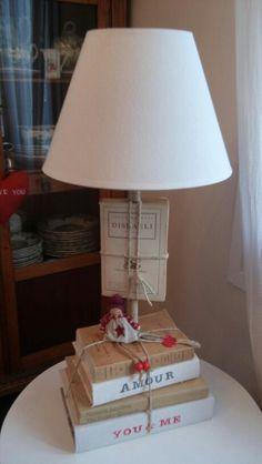 Lámpara hecha con libros, cuerda y tela de lino antigua.