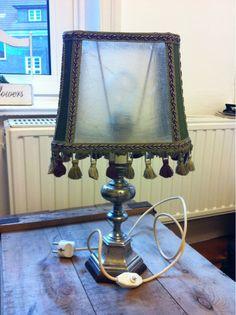 Sehr schöne antike Lampe zu verkaufen. Die Gesamthöhe beträgt 48 cm, die breiteste Stelle ist 27cm breit und die schmalste 14 cm.