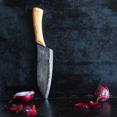 Für Küchen-Ästheten - Das Kochmesser Vankka Pieni Original von Nordklinge ist mit seiner 18 cm langen schwarzen Klingenfläche und dem fein gemaserten Holzgriff eine kleine Küchenschönheit, die noch dazu mühelos durch Fisch, Fleisch und Gemüse gleitet. Besonders praktisch: Mit der breiten Klingenfläche kannst du Zutaten bequem aufnehmen und in Topf oder Bratpfanne befördern.