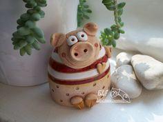 zvonek prasátko velké Keramický ručně modelovaný zvoneček,glazovaný barvami s efekty.Zvoneček pro štěstí. výška...8cm Polymer Clay Animals, Ceramic Animals, Pig Crafts, Clay Crafts, Ceramic Pottery, Ceramic Art, Cute Clay, Clay Ornaments, Ceramic Studio