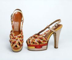 Pair of shoes-1940. Có thể nhận thấy rằng, vào những thập niên này, guốc cao hơn đã dần xuất hiện, thay bằng những đôi giầy đế cao chừng 3phân trước đó