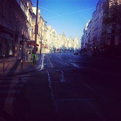 Les rues de Paris se réveillent.