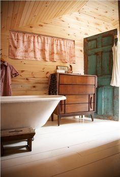 Google Image Result for http://www.newtopdesign.com/images/2011/05/Contemporary-Vintage-House-Design-Ideas-In-The-Village-bathtub.jpg