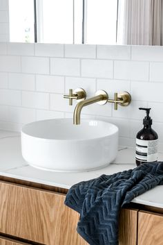 The thickness of our porcelain sheet vanity top add to the minimal yet elegant feel of this bathroom recently completed by Photography Architecture/Interior Design Bathroom Tapware, Brass Bathroom, Laundry In Bathroom, Bathroom Inspo, Bathroom Inspiration, Bathroom Ideas, Bathroom Designs, Scandi Living Room, Natural Stone Bathroom