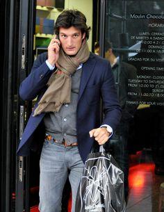 Otro look casual de 'diez' para Rafael de Medina: americana y cárdigan en azul y gris marengo, combinados con jeans lavados. Las notas de color: el cinturón y la bufanda de lana en color tostado.