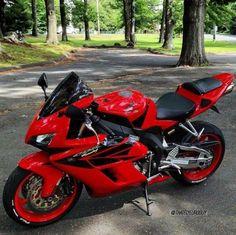 Honda Sport Bikes, Yamaha Bikes, Bobber Motorcycle, Cool Motorcycles, Image Moto, Xc Mountain Bike, Bike Pic, Bike Photoshoot, Honda Cbr 600