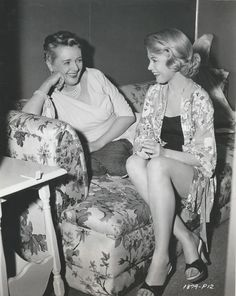 Mary Astor and Sandra Dee during filming of A Stranger in My Arms Golden Age Of Hollywood, Vintage Hollywood, Hollywood Stars, Classic Hollywood, Dolores Hart, John Gavin, John Payne, Mary Astor, Jeanne Crain