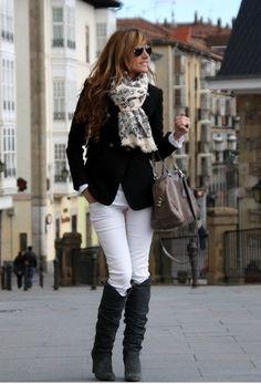 Blanco + negro + gris una excelente combinación agrégale pañoleta y mira que hermoso look!!