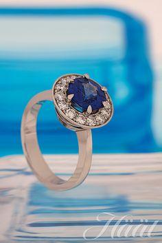 Platinasormuksen näyttävää sinistä safiiria kehystävät briljanttihiontaiset timantit. Sinisafiiritimanttisormuksen on suunnitellut Vuoden Kultasepäksi 2011 valittu Pekka Kulmala, Kultaseppä Kulmala.