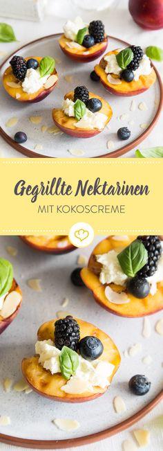 Diese gegrillten Nektarinen mit Kokoscreme, Beeren und Basilikum schmecken köstlich fruchtig, frisch und cremig. Einfach ein perfektes Grill Dessert!