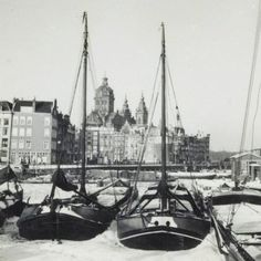 1947. A view of the Open Havenfront in Amsterdam. In the background in the center the Prins Hendrikkade with St. Nicolaaskerk. Photo MAI Beeldbank. #amsterdam #1947 #OpenHavenfront