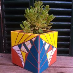 Maceta CUBO. 15cm #mosaicos #mosaiquismo #mosaic #art #macetas #tiles #brokentiles #boldo #aromáticas Mosaic Planters, Mosaic Flower Pots, Mosaic Garden, Garden Art, Mosaic Projects, Art Projects, Projects To Try, Rock Tile, Mosaic Bottles