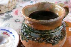 """Secara harfiah diterjemahkan sebagai """"kopi pot"""", ini adalah kopi yang disiapkan secara tradisional di dalam pot tanah liat yang cantik yang membuat minuman ini memiliki rasa hangat dan tercium aroma tanah. Kayu manis dan piloncilo (semacam gula merah, yang biasa dijadikan gula-gula) ditambahkan untuk menambah sensasi dan membuatnya menjadi manis."""