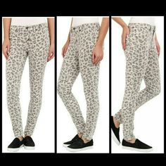 """BNWT Volcolm Liberator Leggings Super cute! 31"""" waist. 28"""" inseam to hit at the ankle. BNWT! Volcom Jeans Ankle & Cropped"""